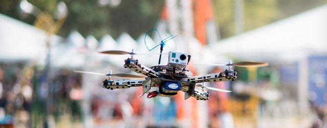 Dubai testa entrega com drones com identificação de retina e impressões digitais. - Serviço de encomendas UPS também está testando entrega através de drones.