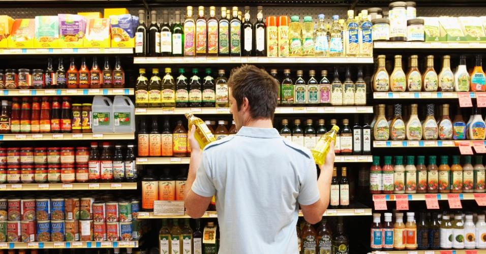 homem-olha-rotulos-de-oleos-azeites-em-prateleira-de-supermercado-1353521145138_956x500